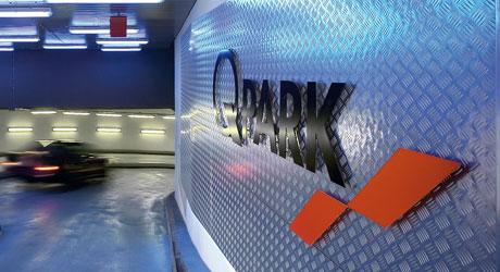 Q-Park Logo in einem Parkhaus